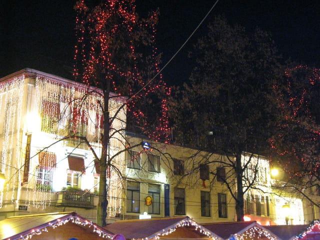 Hôtel ruisselant de lumière de Noël