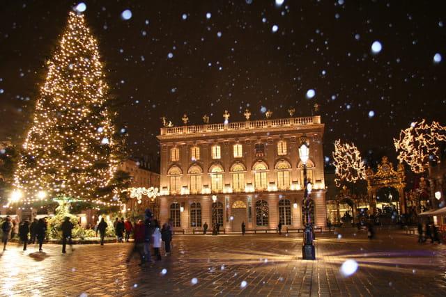 Il neige sur la place stan