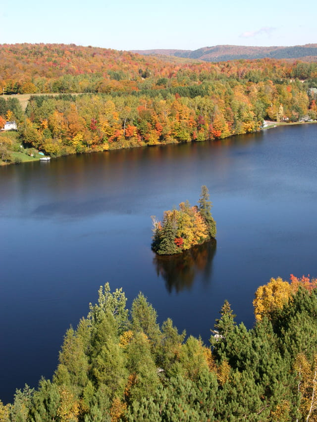 Ile sur lac et couleurs d'automne