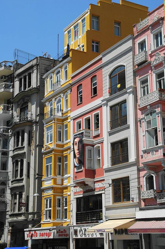 Immeuble coloré à Istiklad
