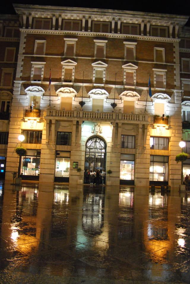 immeuble de Rijeka sous la pluie
