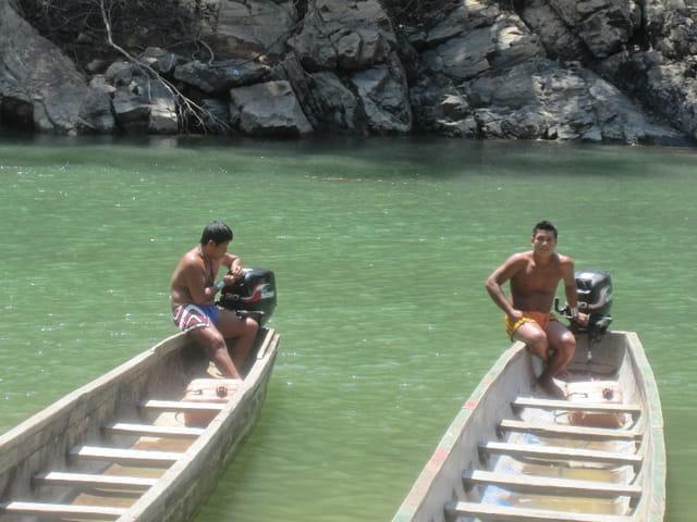 Indiens Emberas dans leurs pirogues