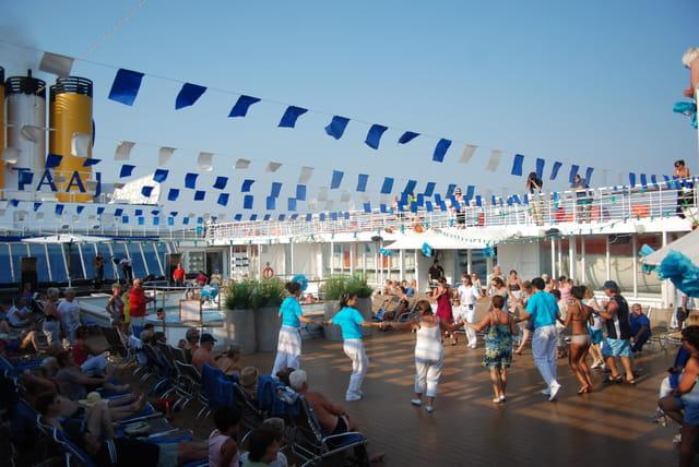 initiation au sirtaki sur le bateau le Costa Marina