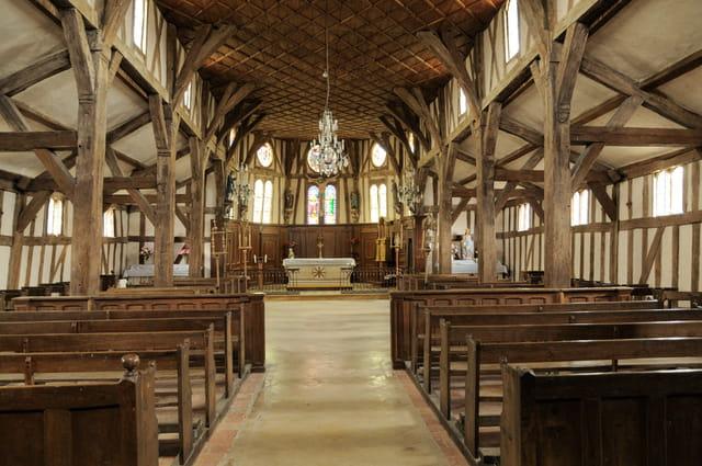 Intérieur de l'église à pans de bois de Lentilles