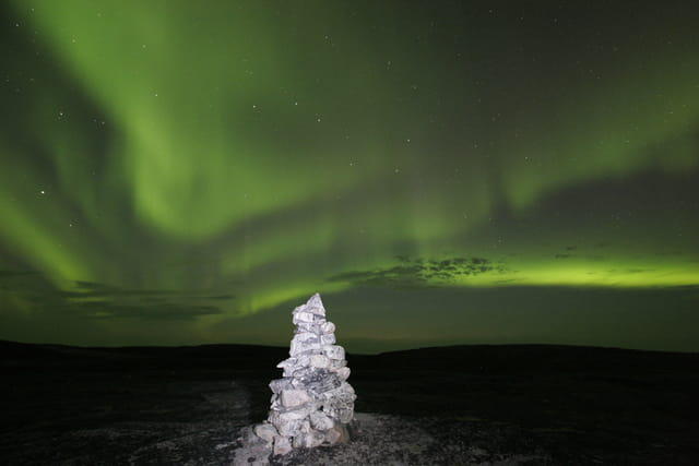 Inukshuk et aurore boréale
