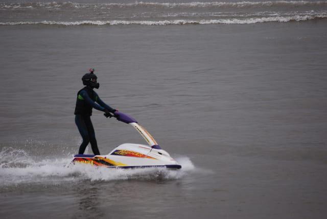 jet ski debout devant le mascaret