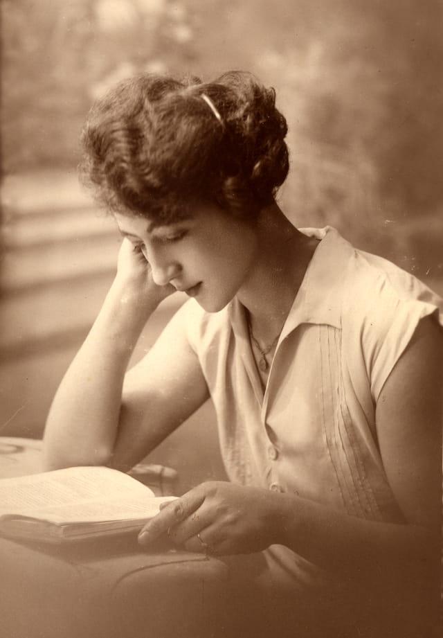 Jeune fille à la lecture