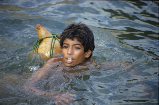 Jeune garçon nageant