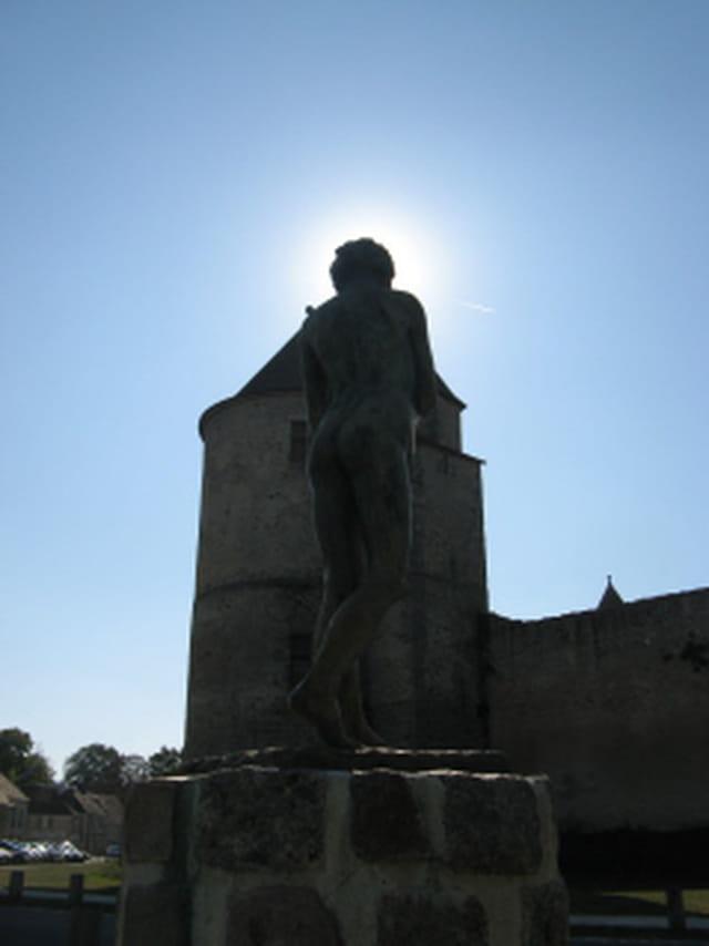 Jeune homme en statue