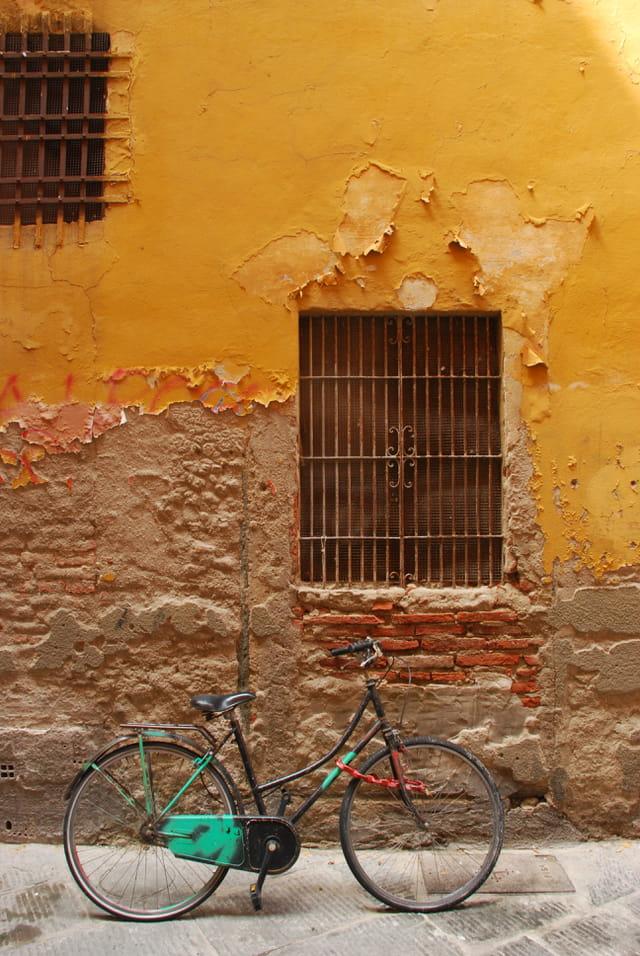 Jeux de couleurs entre le vélo et le mur