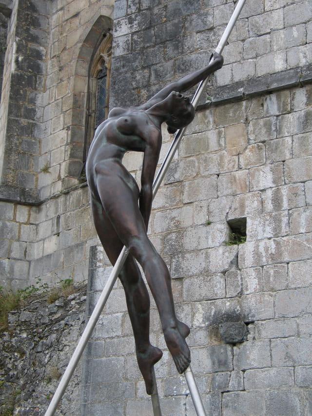 Jolie statue féminine