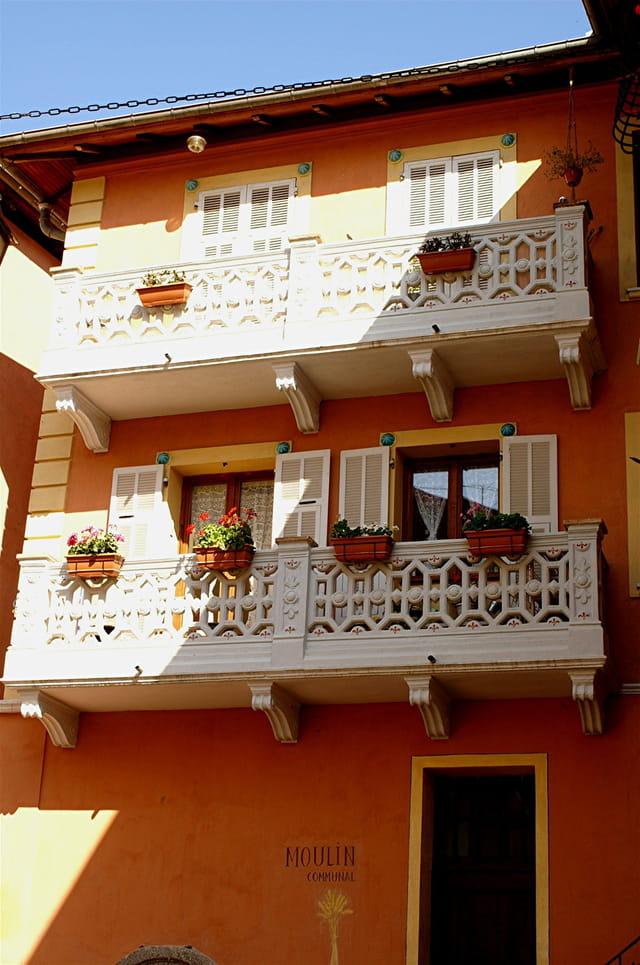 Jolis balcons sur moulin