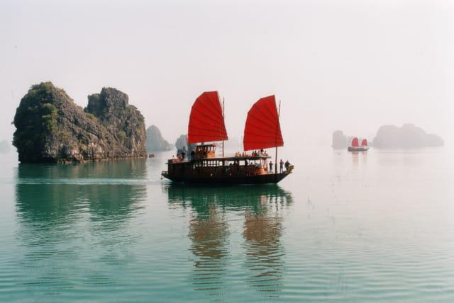 Jonques dans la baie d'halong
