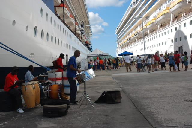 l'arrivée des bateaux de croisière dans le port de Saint John's