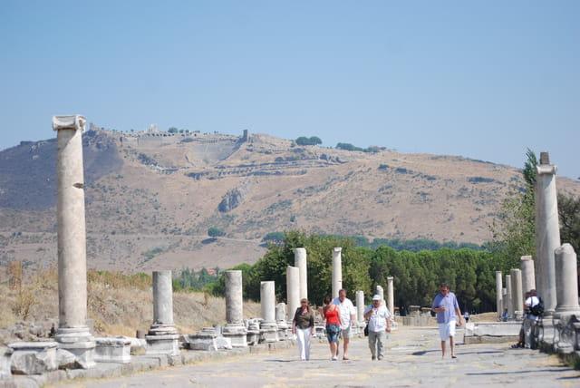 la voie sacrée de l'asclépieion, hôpital du monde antique de Pergame
