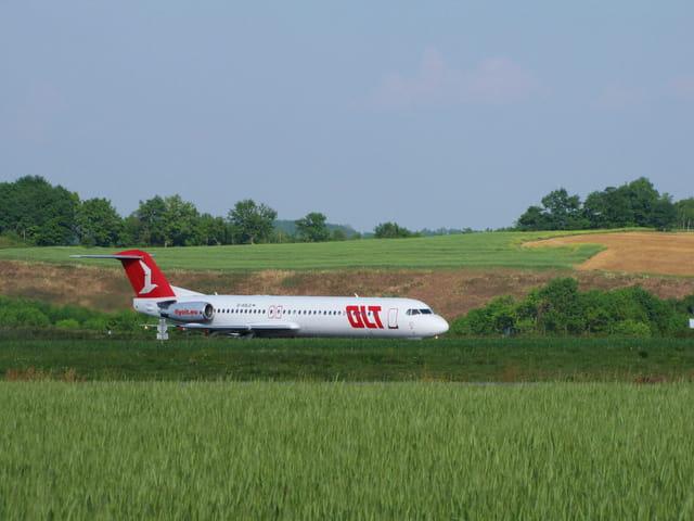 L'avion est dans le pré.