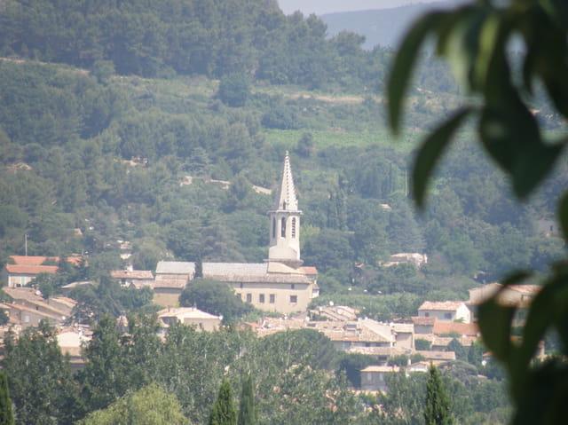 L'église de Cadenet, vue de la vallée de la Durance