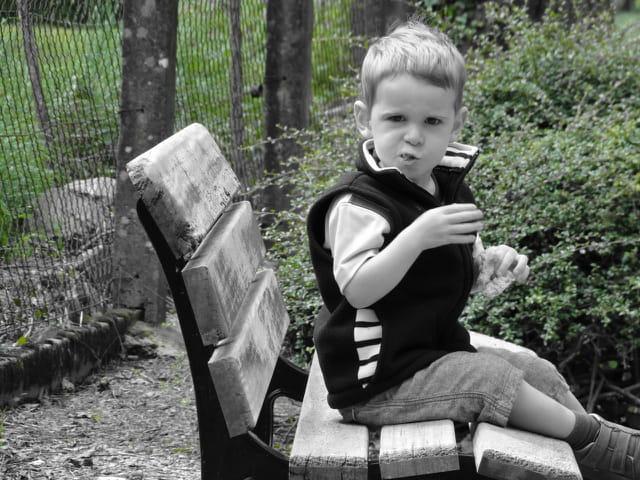 L'enfant sur le banc