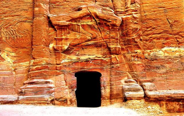 L'entrée à fronton d'un tombeau royal
