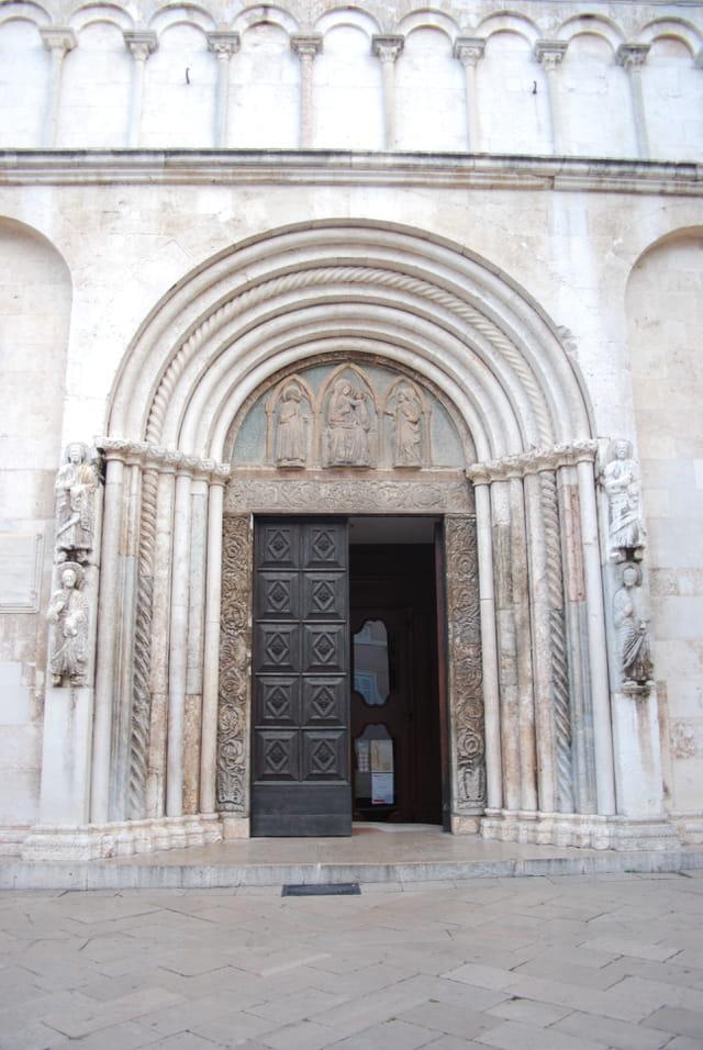 l'entrée de la Cathédrale Saint Anastasie