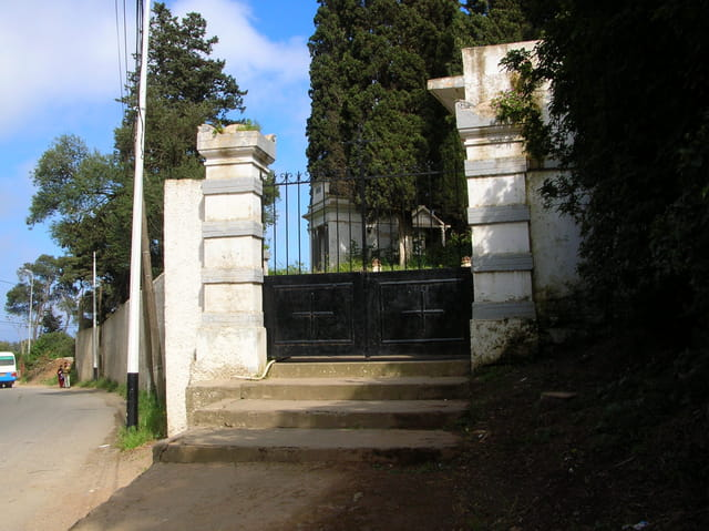 L'entrée du cimetierre de Bouzarea