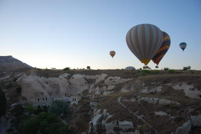 L'envol des montgolfières dans le lever de soleil