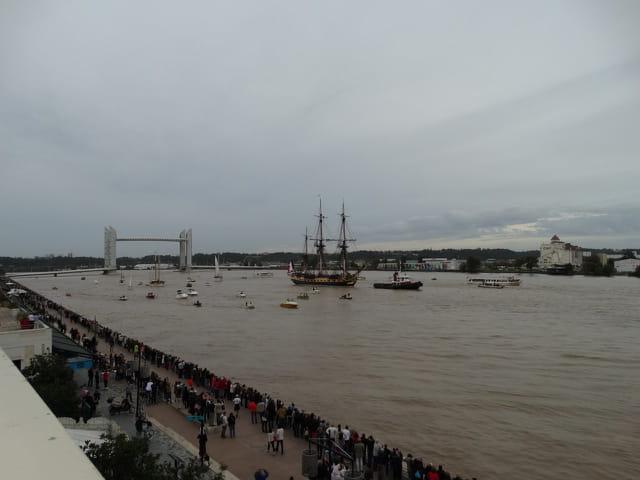 L'hermione remontant la Garonne en direction de Bordeaux
