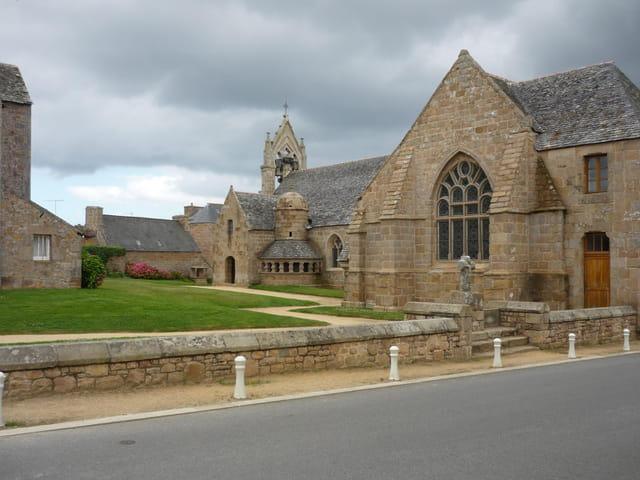 L'Ossuaire et l'église de Trégastel