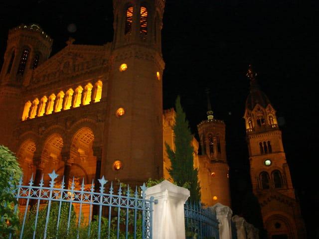 La basilique et la chapelle de Fourvière vues de nuit