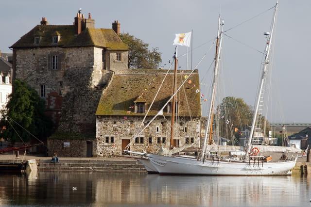 La capitainerie sur les bords du vieux bassin d'Honfleur