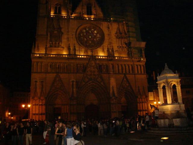 La Cathédrale Saint-Jean et sa place vues de nuit