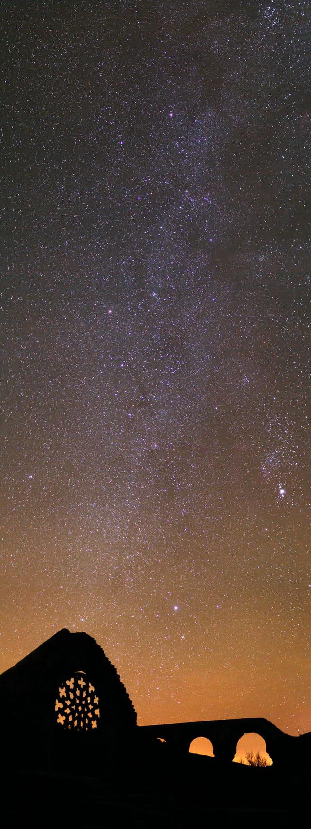 La chapelle de Languidou sous les étoiles