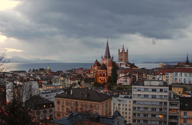 la cité de Lausanne vue du Bugnon
