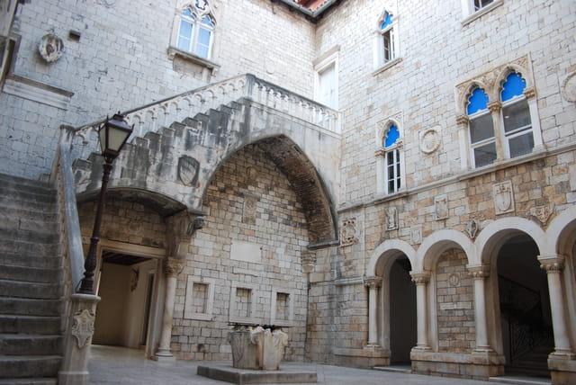 la cour intérieure de l'Hôtel de Ville de Trogir