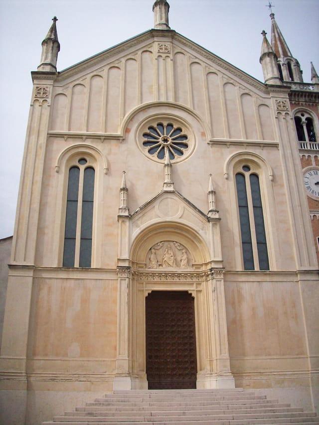 La façade de l'église de Santa  Maria Assunta