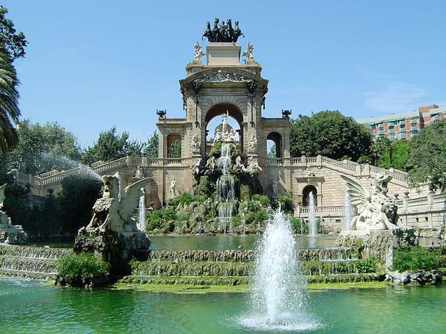 La fontaine d'un parc de barcelone.