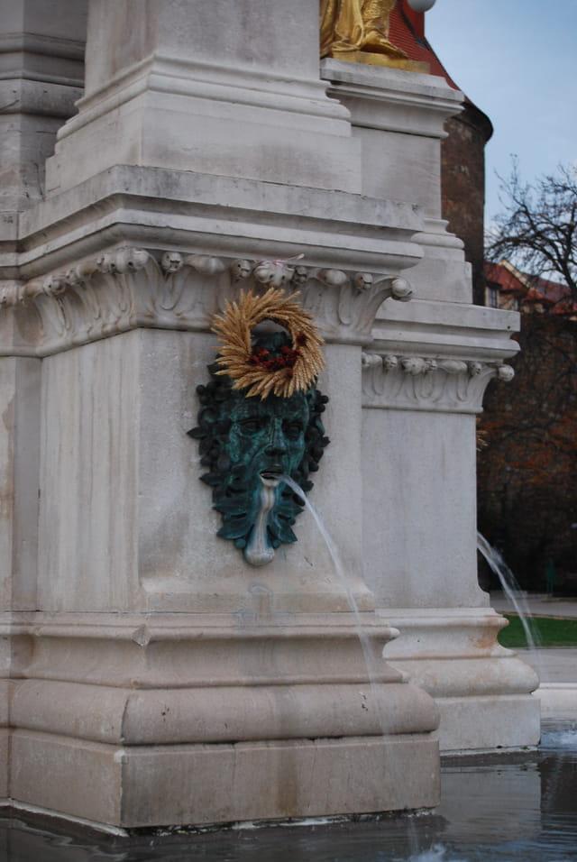 la fontaine de la colonne de la Vierge