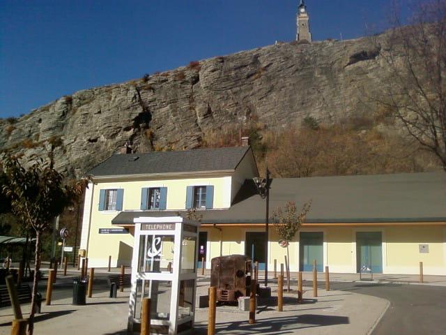 La gare , sa cabine ,et son clocher