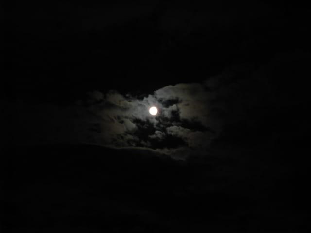 La lune à travers les nuages