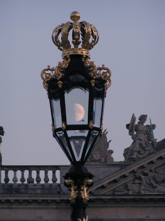 La lune dans le lampadaire