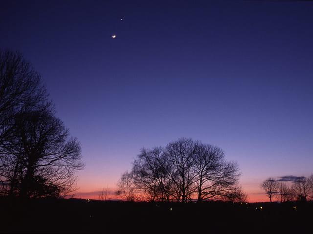 La lune et vénus au crépuscule
