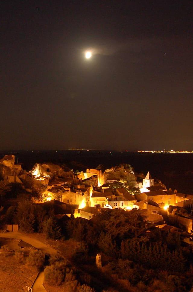 La lune veillant sur le village