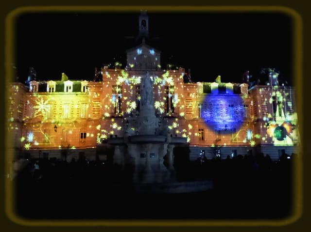 La magie de Noël - L'hôtel de ville sous les étincelles