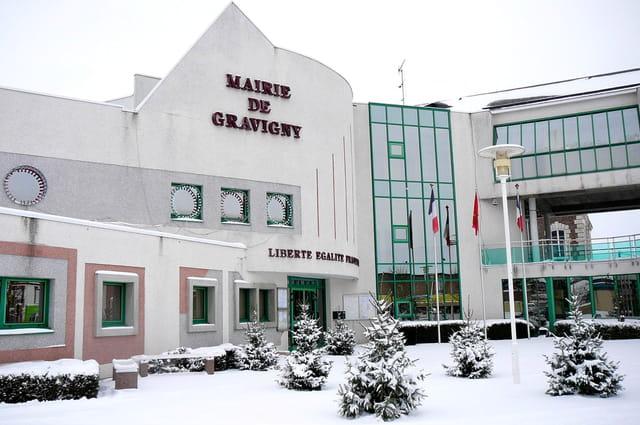 La mairie et ses petits sapins enneigés