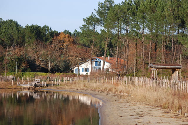la maison bleue au bord du lac par genevieve lapoux sur l 39 internaute. Black Bedroom Furniture Sets. Home Design Ideas