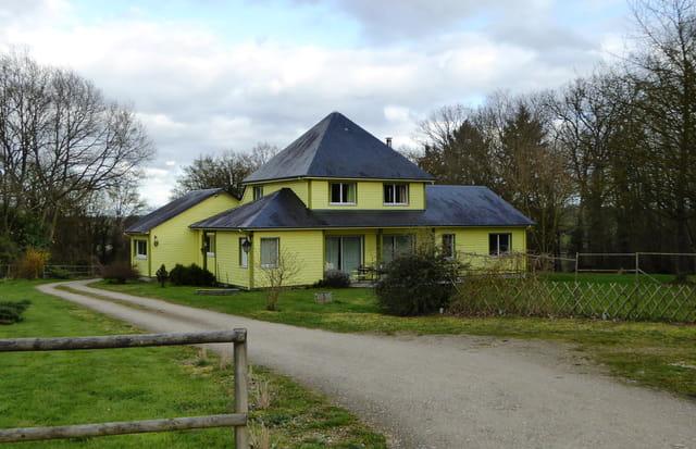 la maison jaune par jacqueline dubois sur l 39 internaute. Black Bedroom Furniture Sets. Home Design Ideas
