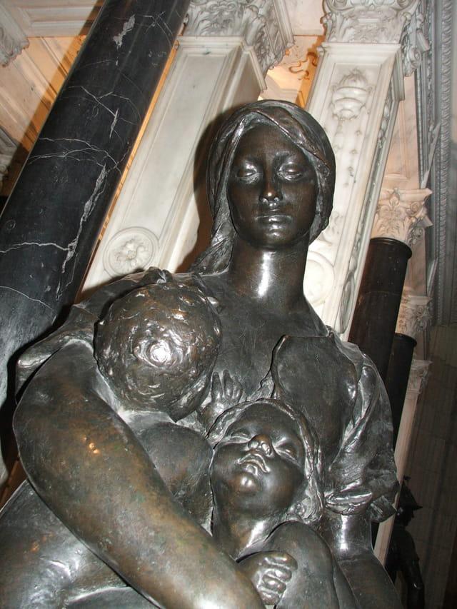 La mère et l'enfant en bronze