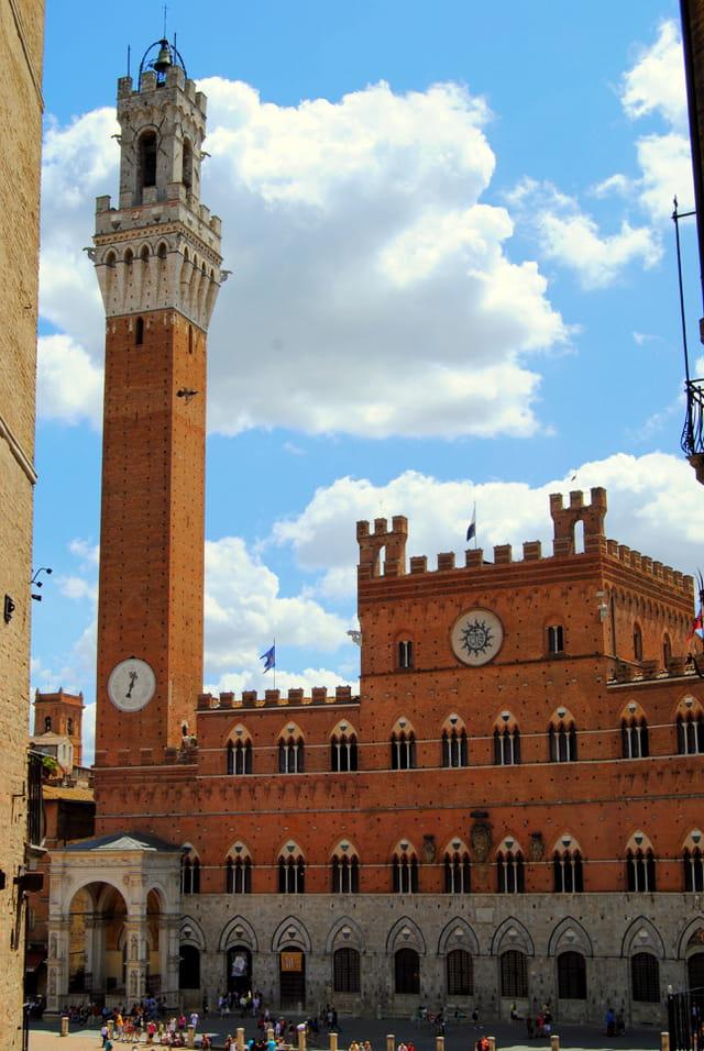 La palais public de Sienne, avec sa tour et sa chapelle, sur la Piazza del Campo