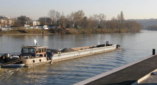 La péniche montante, sur la Seine