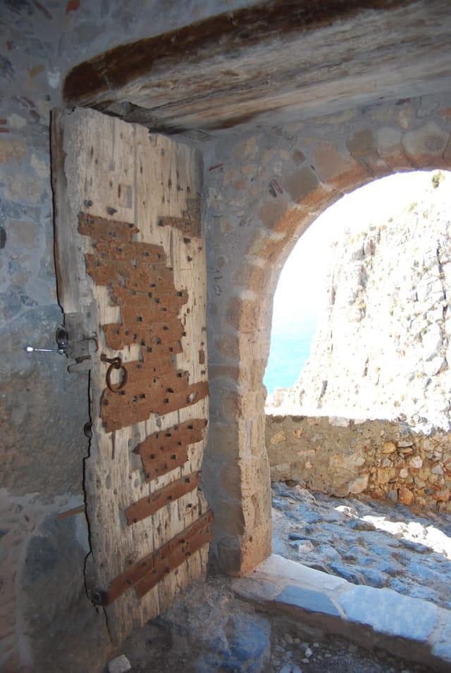 la porte d'entrée de la ville forteresse byzantine de Monemvassia